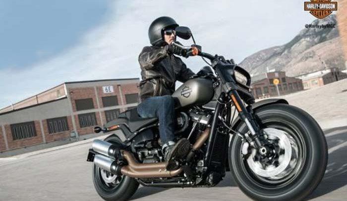 Mengendarai Motor Harley Davidson